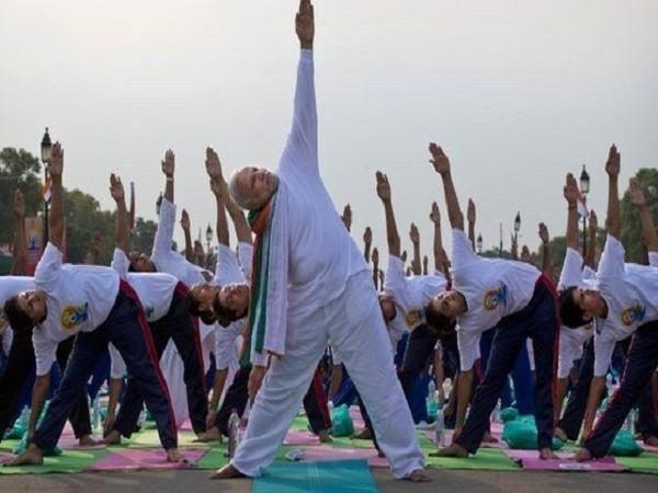 Thủ tướng Ấn Độ hào hứng tập Yoga, xác lập kỷ lục thế giới ảnh 1