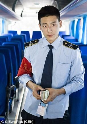 """Hàng trăm cô gái phát cuồng vì """"anh chàng bán đậu phụ đẹp trai nhất Trung Quốc"""" ảnh 9"""