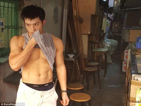 """Hàng trăm cô gái phát cuồng vì """"anh chàng bán đậu phụ đẹp trai nhất Trung Quốc"""" ảnh 1"""