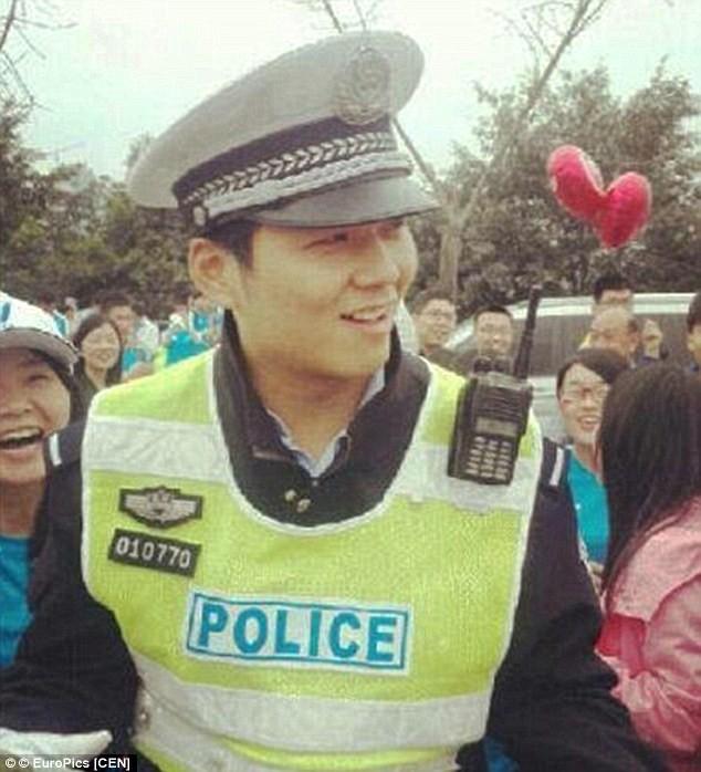"""Hàng trăm cô gái phát cuồng vì """"anh chàng bán đậu phụ đẹp trai nhất Trung Quốc"""" ảnh 8"""