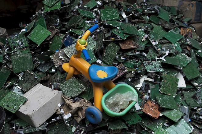 Giật mình trước những bãi rác điện tử khổng lồ ở thị trấn chết Guiyu ảnh 7