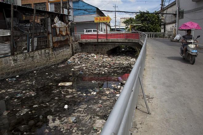 Giật mình trước những bãi rác điện tử khổng lồ ở thị trấn chết Guiyu ảnh 13