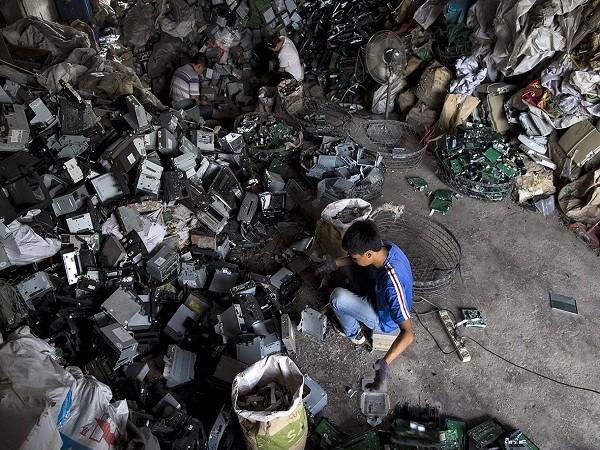Giật mình trước những bãi rác điện tử khổng lồ ở thị trấn chết Guiyu ảnh 1