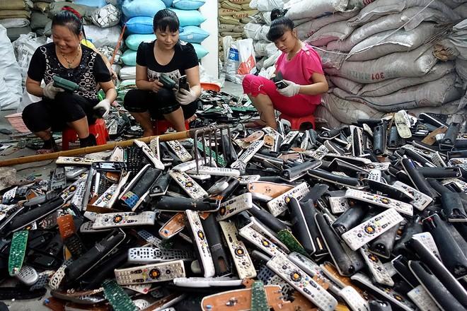 Giật mình trước những bãi rác điện tử khổng lồ ở thị trấn chết Guiyu ảnh 10