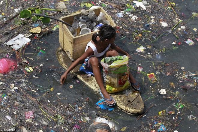 Nhọc nhằn những mảnh đời nhỏ bé ngập chìm trong rác ảnh 2