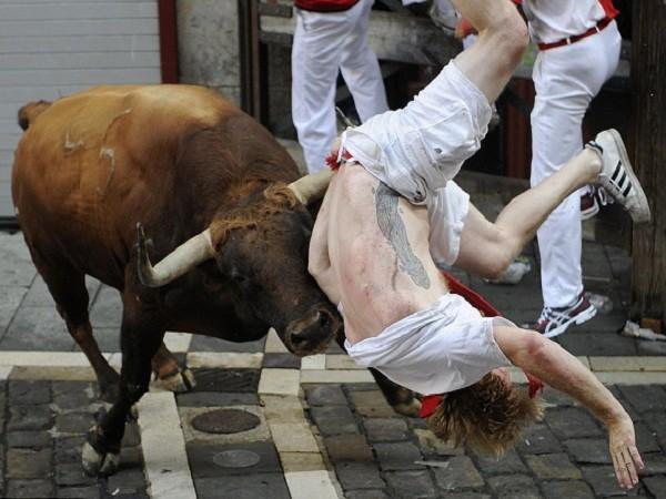 Những khoảnh khắc thót tim trong lễ hội bò tót ở Tây Ban Nha ảnh 1