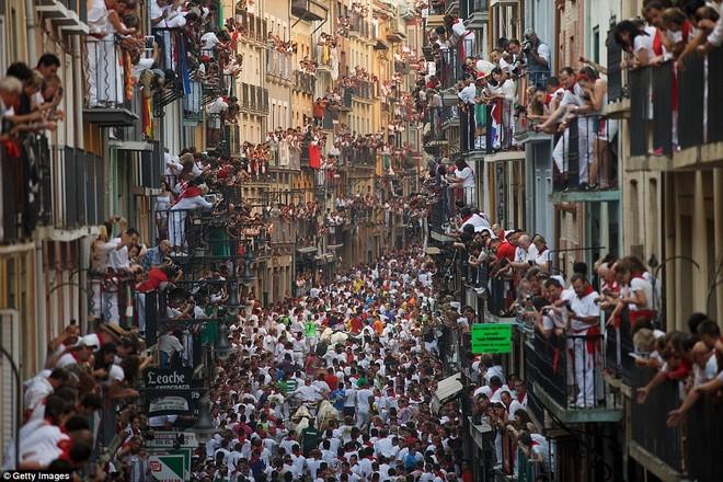 Những khoảnh khắc thót tim trong lễ hội bò tót ở Tây Ban Nha ảnh 6