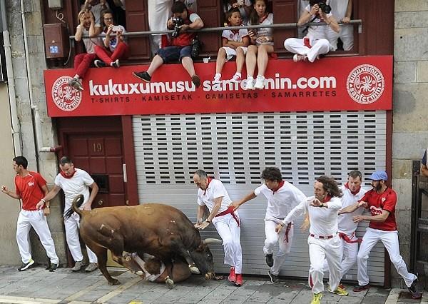 Những khoảnh khắc thót tim trong lễ hội bò tót ở Tây Ban Nha ảnh 5