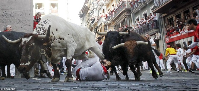 Những khoảnh khắc thót tim trong lễ hội bò tót ở Tây Ban Nha ảnh 7