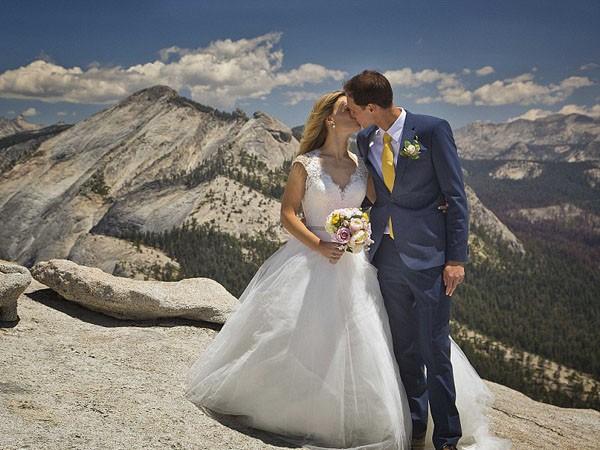 """Ngất ngây ngắm bộ ảnh cưới """"thiên đường"""" trên độ cao gần 1.500m ảnh 1"""