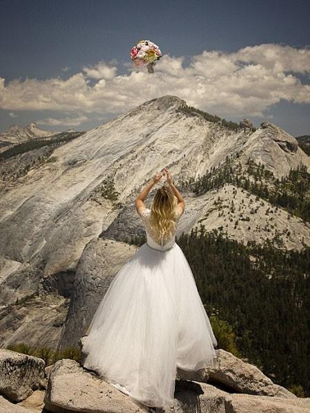 """Ngất ngây ngắm bộ ảnh cưới """"thiên đường"""" trên độ cao gần 1.500m ảnh 7"""