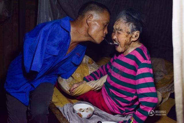 Cảm động chuyện người đàn ông cụt tay chăm sóc mẹ già liệt giường ảnh 1
