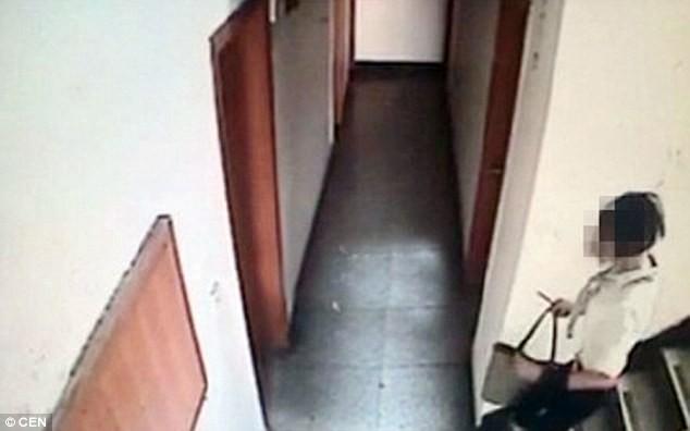 Camera giám sát quay được hình ảnh bà Zhang vội vã chạy xuống cầu thang
