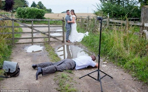 """Bộ ảnh cưới khiến người xem """"ngã ngửa"""" về thực tế phũ phàng ảnh 2"""