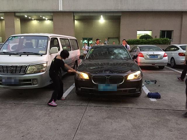 Bà Wu đã không giữ được bình tĩnh và đập nát xe BMW