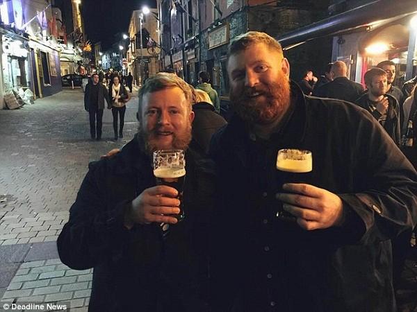 Neil Douglas (trái) và Robert Stirling gặp nhau trong quán rượu gần khách sạn
