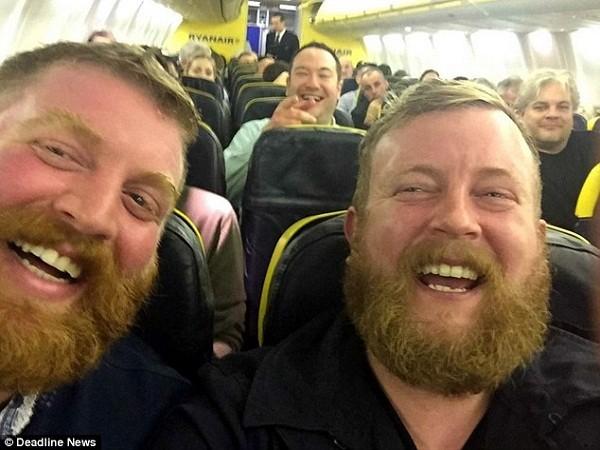 Bức ảnh selfie của Neil Douglas (phải) và Robert Stirling nhận được hơn 2.000 lượt chia sẻ trong thời gian ngắn