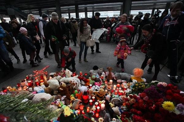 Hàng trăm người đã tập trung tại sân bay Pulkovo, Nga để tưởng niệm các nạn nhân