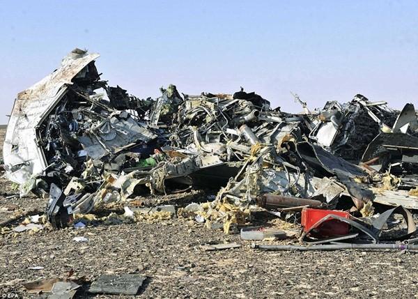 Những hình ảnh đầu tiên của máy bay Kogalymavia bị rơi ở hiện trường