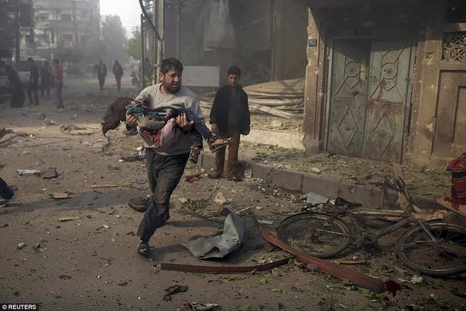 Máy bay Nga bị nghi không kích trúng dân thường ở ngoại ô Damascus, 23 người chết ảnh 19