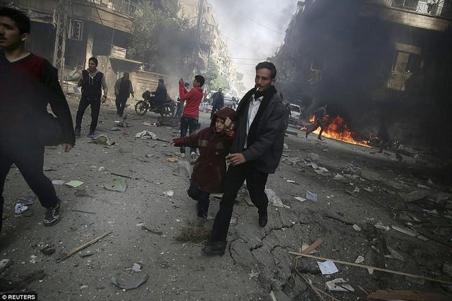 Máy bay Nga bị nghi không kích trúng dân thường ở ngoại ô Damascus, 23 người chết ảnh 10