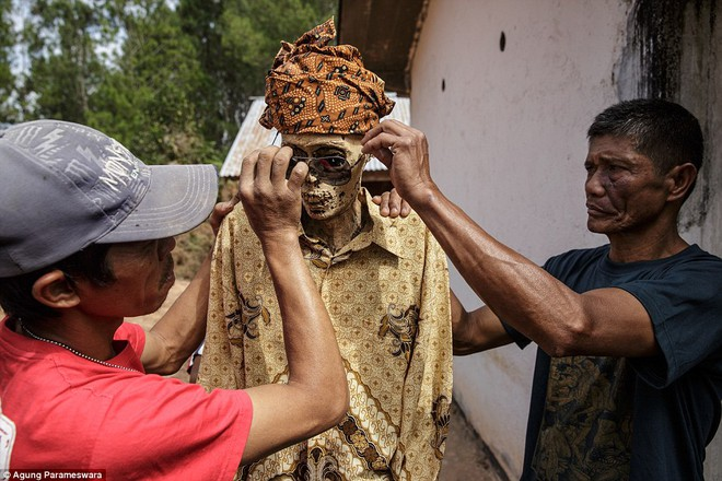 Rùng rợn nghi lễ tắm rửa và thay quần áo cho xác chết ở Indonesia ảnh 9