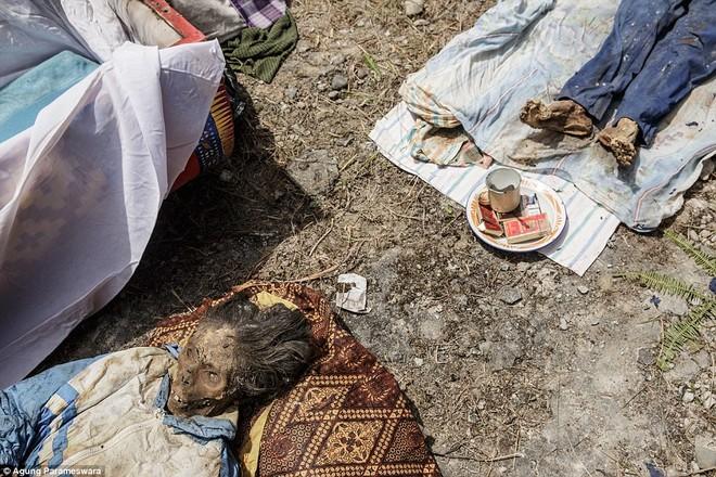 Rùng rợn nghi lễ tắm rửa và thay quần áo cho xác chết ở Indonesia ảnh 13