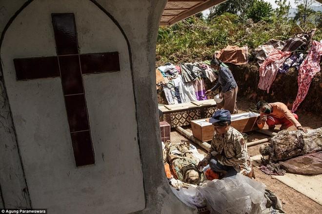 Rùng rợn nghi lễ tắm rửa và thay quần áo cho xác chết ở Indonesia ảnh 12