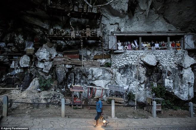 Rùng rợn nghi lễ tắm rửa và thay quần áo cho xác chết ở Indonesia ảnh 14