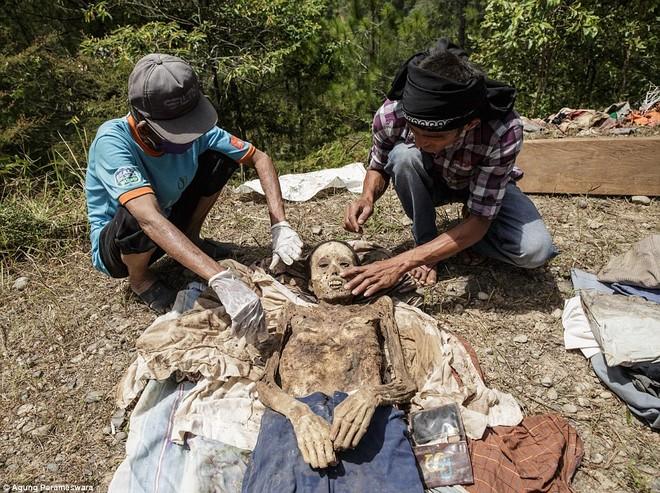 Rùng rợn nghi lễ tắm rửa và thay quần áo cho xác chết ở Indonesia ảnh 8