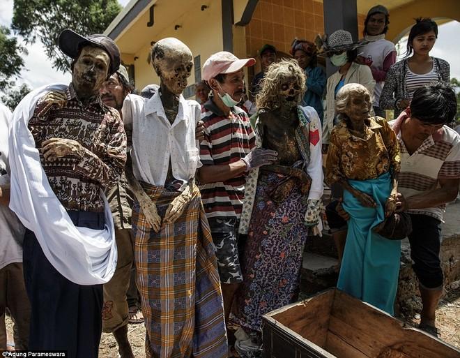 Rùng rợn nghi lễ tắm rửa và thay quần áo cho xác chết ở Indonesia ảnh 6