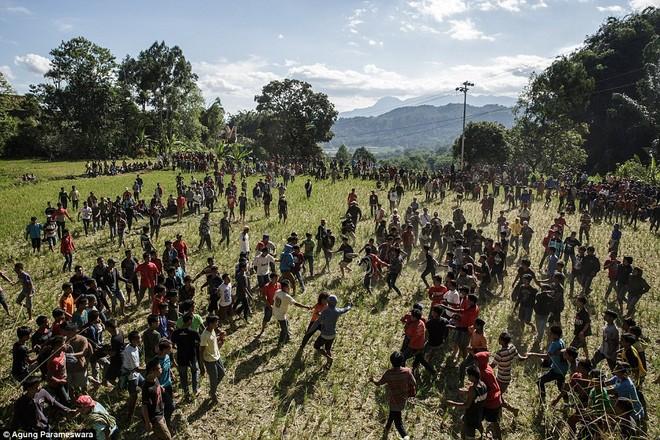 """Trong những ngày diễn ra nghi lễ Manene, khung cảnh ở các ngôi làng trên đảo Sulawesi không khác gì những cảnh quay trong bộ phim """"Xác sống nổi dậy"""" khiến nhiều người phải nổi da gà."""