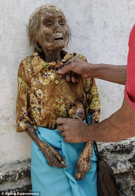 Rùng rợn nghi lễ tắm rửa và thay quần áo cho xác chết ở Indonesia ảnh 4