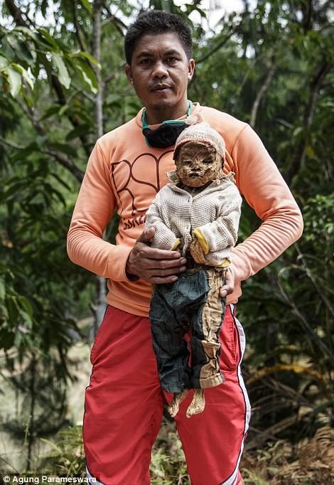 Rùng rợn nghi lễ tắm rửa và thay quần áo cho xác chết ở Indonesia ảnh 5