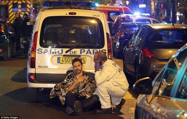 Một người đàn ông bị sốc sau khi chứng kiến những gì diễn ra trong phòng hòa nhạc Bataclan