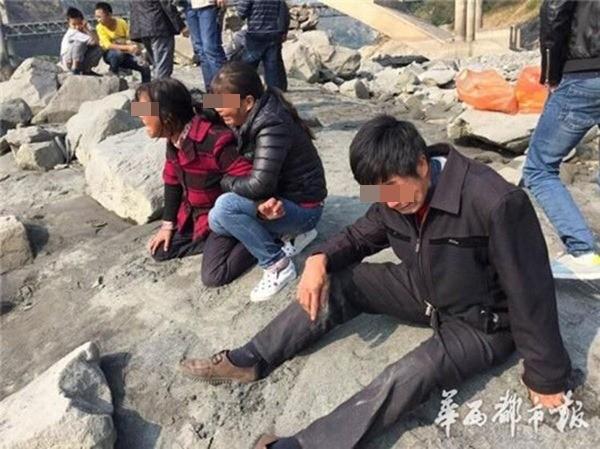 Trung Quốc: Cha mẹ già gào khóc trên bờ nhìn xác con bị buộc dưới sông ảnh 1