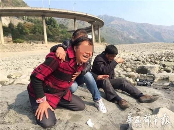 Vợ ông Đông Minh đau đớn gào khóc trên bờ