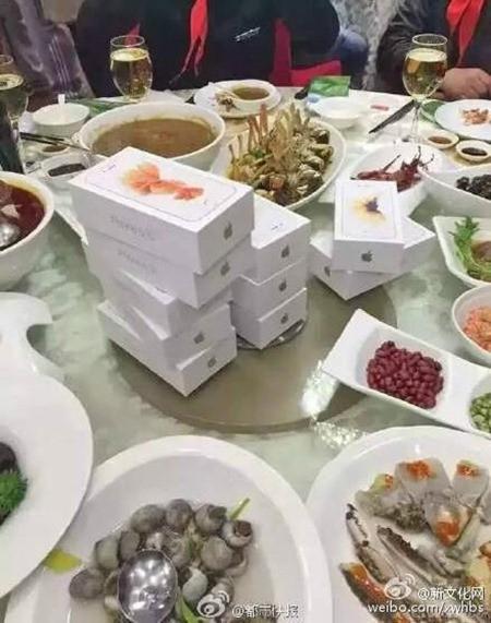 Món quà họp lớp đang gây sốt trong cư dân mạng Trung Quốc