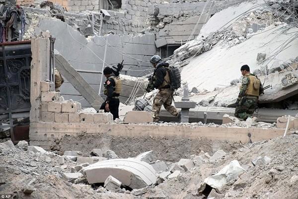 Is sử dụng lá chắn sống và gài mìn trong tất cả các tòa nhà để nỗ lực ngăn chặn quân chính phủ
