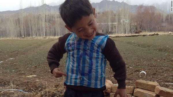 Murtaza Ahmadi hạnh phúc với chiếc áo mang số 10 của Messi