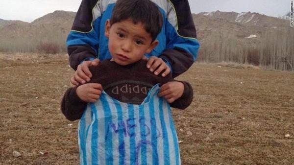 """Cậu bé nghèo mặc áo số 10 Messi bằng ni lông gây """"bão"""" mạng xã hội thế giới ảnh 5"""