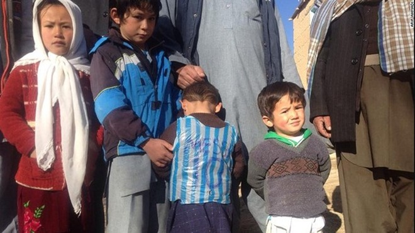 """Cậu bé nghèo mặc áo số 10 Messi bằng ni lông gây """"bão"""" mạng xã hội thế giới ảnh 6"""