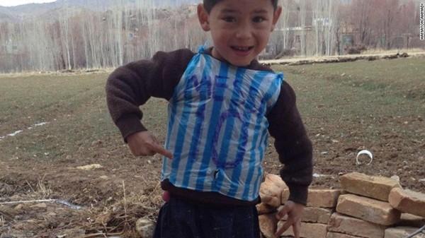 """Cậu bé nghèo mặc áo số 10 Messi bằng ni lông gây """"bão"""" mạng xã hội thế giới"""