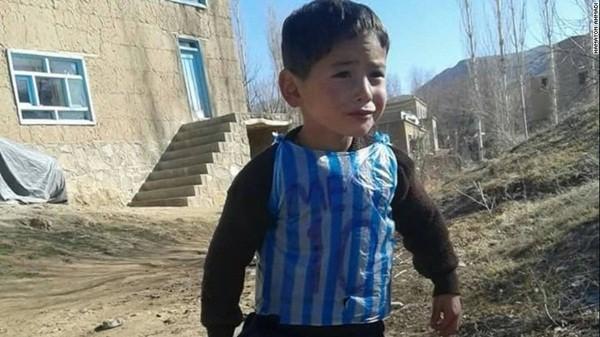 Cậu bé 5 tuổi đã có một niềm đam mê bóng đá và hâm mộ cầu thủ Messi ngay từ nhỏ