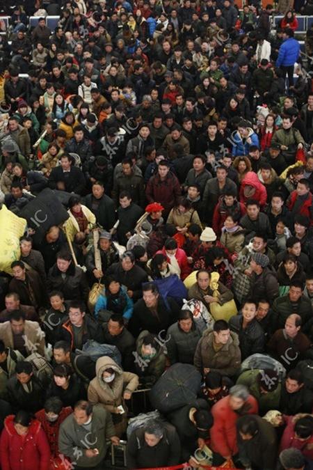 Gần 100.000 người Trung Quốc mắc kẹt tại nhà ga, đợi tàu về quê ăn Tết ảnh 5
