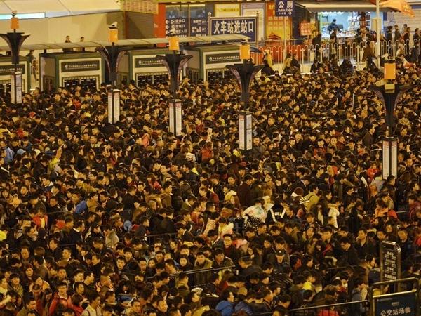 Đỉnh điểm lên đến gần 100.000 người mắc kẹt tại nhà ga Quảng Châu