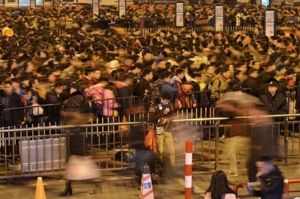 Gần 100.000 người Trung Quốc mắc kẹt tại nhà ga, đợi tàu về quê ăn Tết ảnh 3