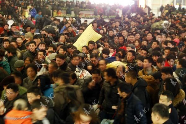 Gần 100.000 người Trung Quốc mắc kẹt tại nhà ga, đợi tàu về quê ăn Tết ảnh 6