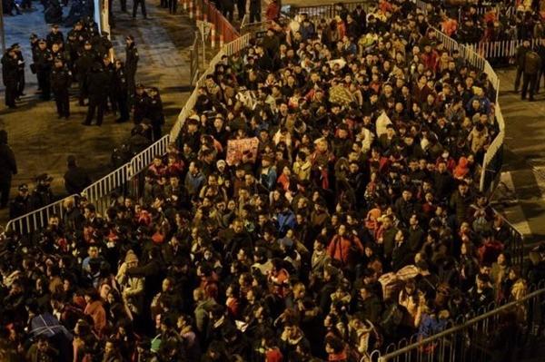 Gần 100.000 người Trung Quốc mắc kẹt tại nhà ga, đợi tàu về quê ăn Tết ảnh 4