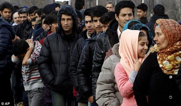 Hàng trăm người đang chờ đợi phân phát thực phẩm ở ngoại ô thủ đô của Hy Lạp